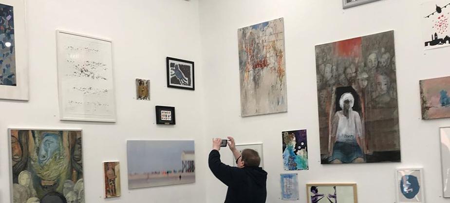 Besucherin fotografiert die Ausstellung